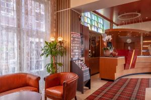 The lobby or reception area at Avenue Hotel