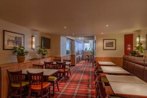 A restaurant or other place to eat at Avenue Hotel