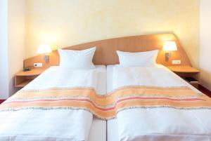 Ein Bett oder Betten in einem Zimmer der Unterkunft Hotel Alarun