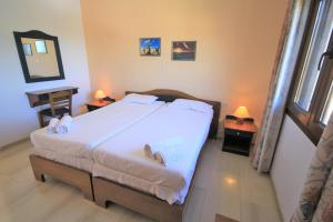 A bed or beds in a room at Delphi Hotel