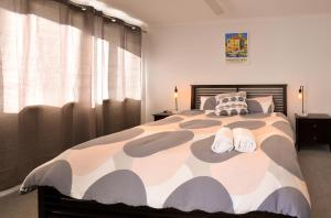 A bed or beds in a room at Boardwalk Apartment 6