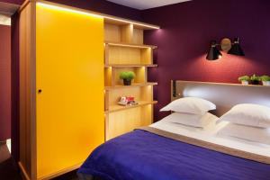 A bed or beds in a room at Hôtel Artus