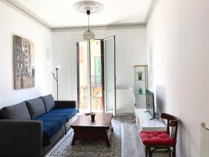 A seating area at Apartments Gaudi Barcelona