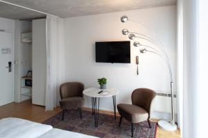 A television and/or entertainment centre at Hotel Banks