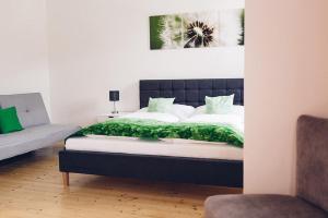 Ein Bett oder Betten in einem Zimmer der Unterkunft Gästehaus Zur Roten Wand