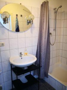 A bathroom at Hotel am Freihafen