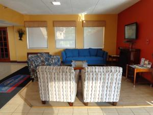 A seating area at Howard Johnson by Wyndham Suffern