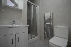 A bathroom at Lexicon House - 4 bedrooms 3 bathrooms