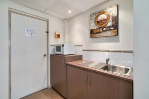 A kitchen or kitchenette at Comfort Inn Heritage Wagga