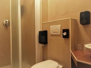 A bathroom at Hotel Courage Waalkade