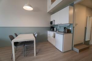 A kitchen or kitchenette at Innotelli Apartments