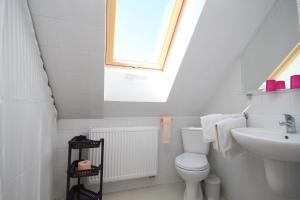 Ein Badezimmer in der Unterkunft Dworek Łeba