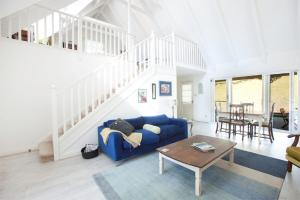 A seating area at The Doll's House - Charming 2 bedroom cottage just a short walk from the village