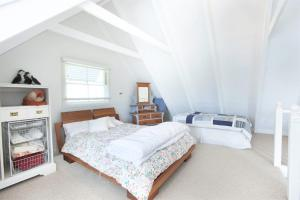 A bed or beds in a room at The Doll's House - Charming 2 bedroom cottage just a short walk from the village