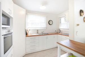 A kitchen or kitchenette at The Doll's House - Charming 2 bedroom cottage just a short walk from the village
