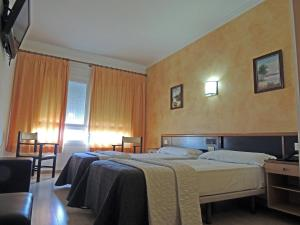 A bed or beds in a room at Hotel Vilobi
