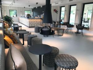The lounge or bar area at Van der Valk Hotel Den Haag - Voorschoten