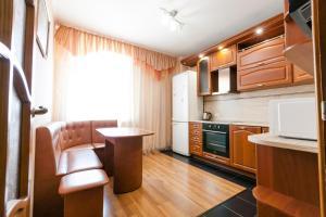 A kitchen or kitchenette at Центр! Папанинцев 111-53