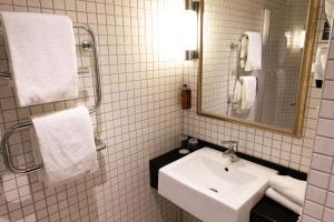 A bathroom at Clarion Collection Hotel Havnekontoret