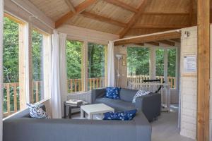 A seating area at Maisons de Vacances Castelwood