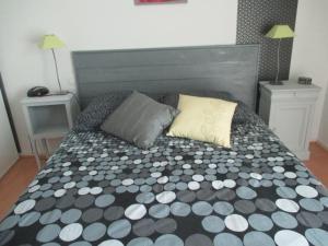 A bed or beds in a room at parc de la dérobée