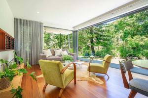 A seating area at THE LUXE BUNGALOW - Byron Beach Retreats
