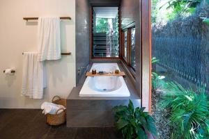 A bathroom at THE LUXE BUNGALOW - Byron Beach Retreats