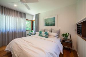 A bed or beds in a room at THE LUXE BUNGALOW - Byron Beach Retreats