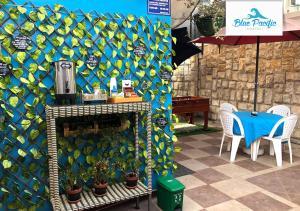 Un restaurante o sitio para comer en Hostal Blue Pacific