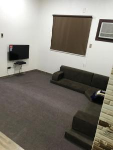 Uma TV ou centro de entretenimento em Danya Furnished Apartments - Bachelors Only