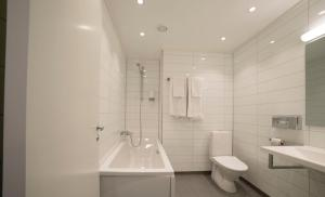A bathroom at Best Western Tingvold Park Hotel