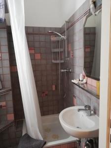 A bathroom at aCasa Bed & Breakfast
