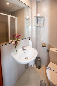 A bathroom at Hostal La Muralla