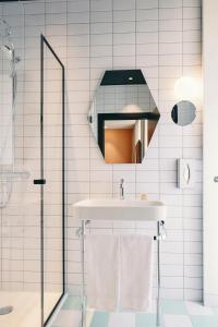 A bathroom at Mercure Marseille Canebière Vieux-Port