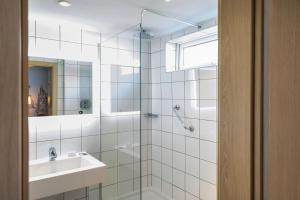 A bathroom at Mercure Cardiff North Hotel