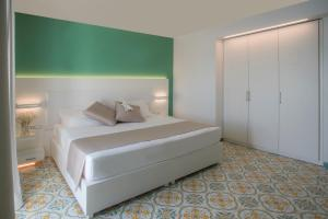 A bed or beds in a room at Lloyd's Baia Hotel
