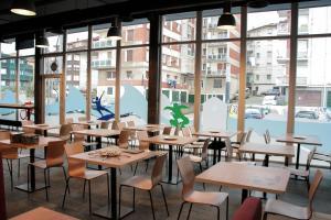 Un restaurante o sitio para comer en Mundaka Hostel & Sports Cafe