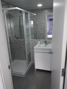 A bathroom at Corujinha Hostel