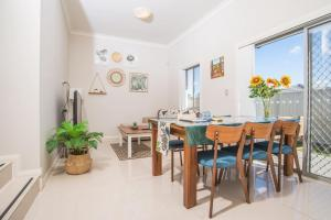 A restaurant or other place to eat at PEACEFUL 2Kingbed RootyHill Townhouse near Station