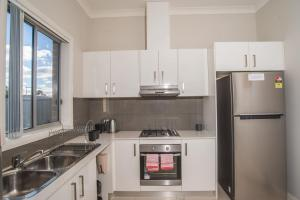 A kitchen or kitchenette at PEACEFUL 2Kingbed RootyHill Townhouse near Station