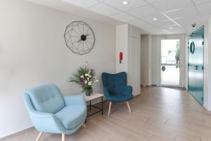 A seating area at Appart'City La Rochelle