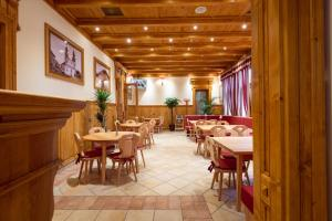 A restaurant or other place to eat at Pension Kokel