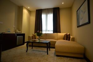 Гостиная зона в Strato Hotel By Warwick