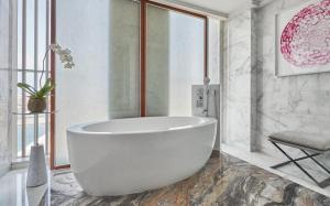 A bathroom at Four Seasons Hotel Abu Dhabi at Al Maryah Island