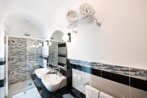 A bathroom at Hotel Eden Roc Suites