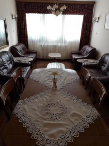 A seating area at Júlia Panzió