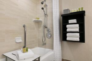 A bathroom at Hilton Orlando/Altamonte Springs