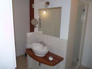 """Ein Badezimmer in der Unterkunft Garni - Hotel """"Unsere Stadtvilla"""""""