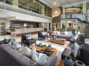 The lounge or bar area at DoubleTree by Hilton Chattanooga Downtown