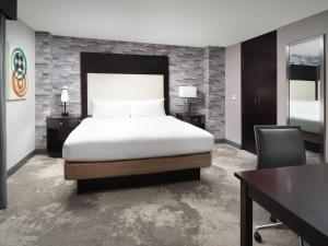 A bed or beds in a room at DoubleTree by Hilton Chattanooga Downtown